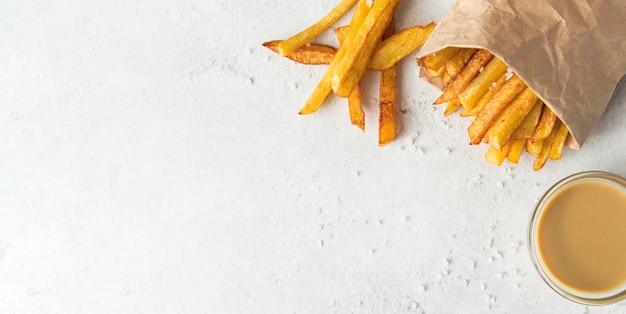 Composição de deliciosas batatas fritas com espaço de cópia