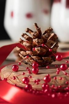 Composição de deliciosas sobremesas de natal de vista frontal desfocada com cone decorativo