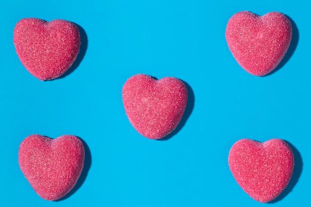 Composição de deliciosos doces de coração doce