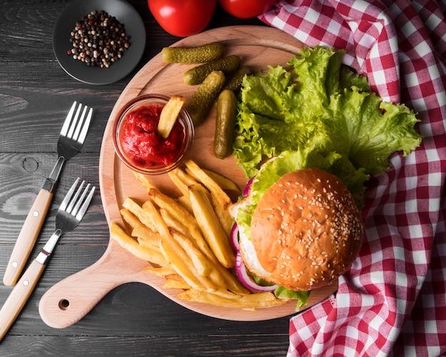 Composição de deliciosos hambúrgueres e batatas fritas