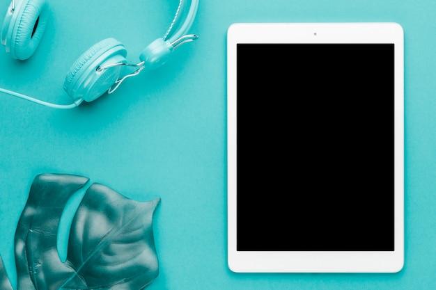 Composição de descanso com tablet em fundo colorido