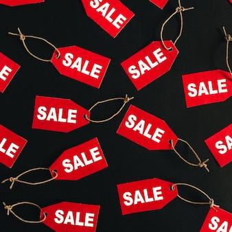 Composição de desconto de vendas de sexta-feira negra. etiquetas vermelhas com a palavra venda na superfície preta. camada plana, vista superior