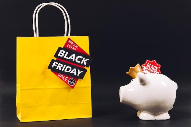 Composição de desconto na sexta feira preta com saco e piggybank