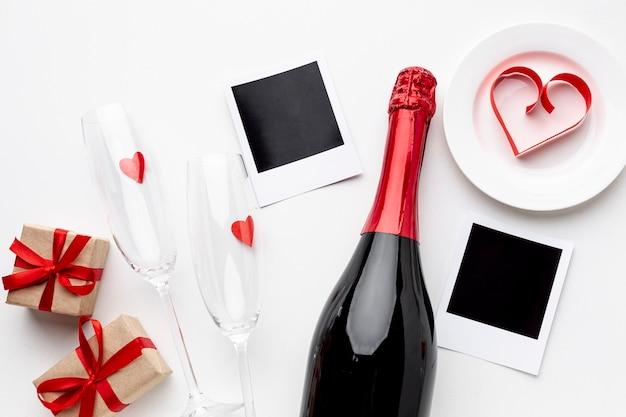 Composição de dia dos namorados com champanhe e taças de vista superior