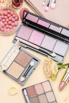 Composição de diferentes produtos de beleza plana leigos
