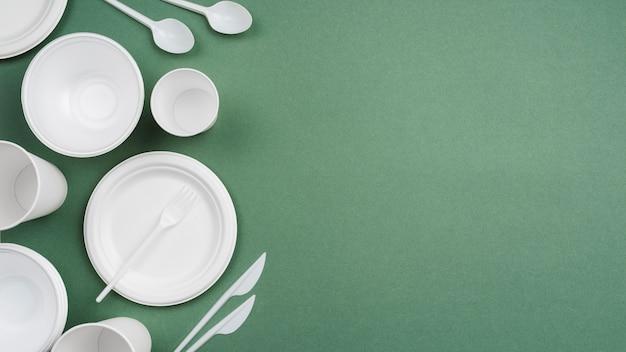 Composição de diferentes utensílios de mesa de plástico