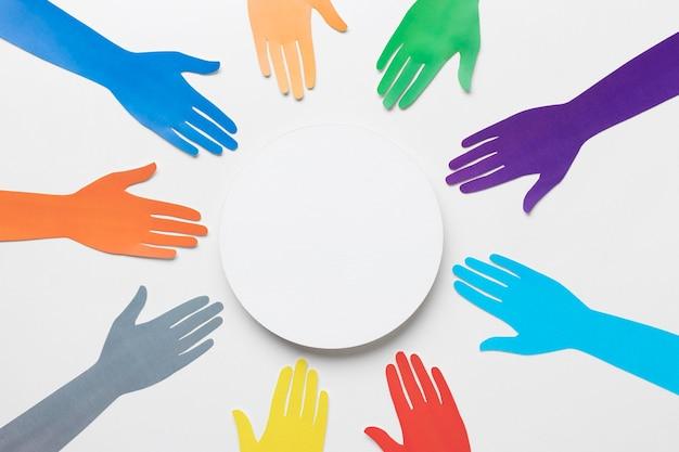 Composição de diversidade com mãos de papel de cores diferentes