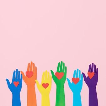 Composição de diversidade de vista superior de diferentes mãos de papel colorido com espaço de cópia
