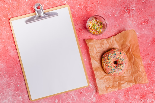 Composição de donut plana leigos com prancheta