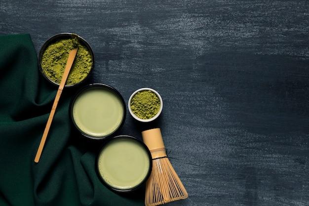 Composição de duas canecas com chá asiático