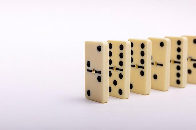 Composição de efeito de dominó de vários ossos de dominó colocados em uma fileira