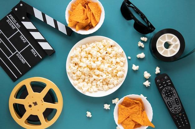 Composição de elementos de cinema em fundo azul