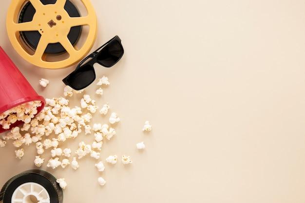 Composição de elementos de cinema em fundo bege com espaço de cópia