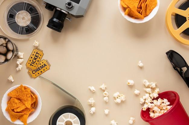 Composição de elementos de cinema em fundo bege