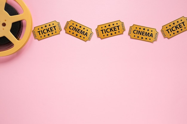 Composição de elementos de cinema em fundo rosa