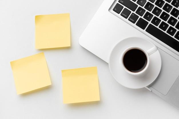 Composição de elementos de escritório com post its