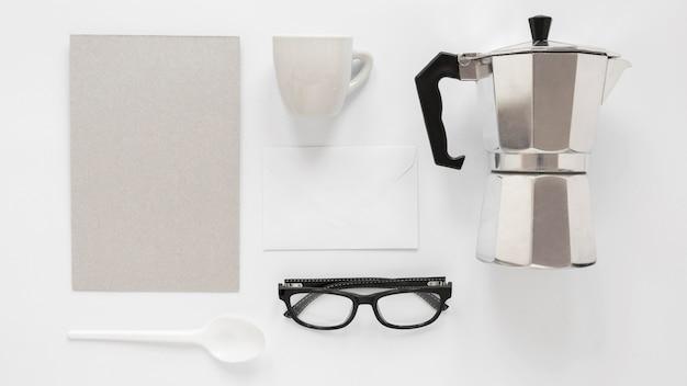 Composição de elementos de marca de café em fundo branco
