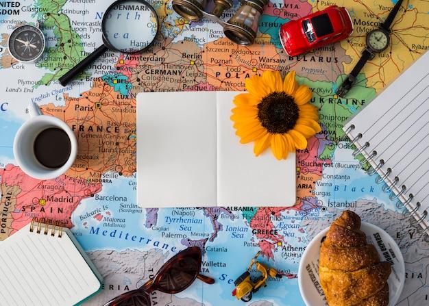 Composição de elementos de viagem com livro aberto