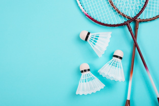 Composição de equipamentos de badminton moderna