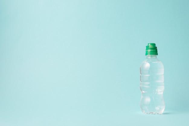 Composição de esporte elegante com garrafa de água