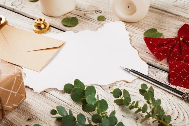Composição de estilo vintage com papel resistido e caneta de pena na mesa de madeira fechar