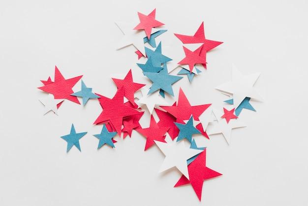 Composição de estrelas azuis e brancas vermelhas