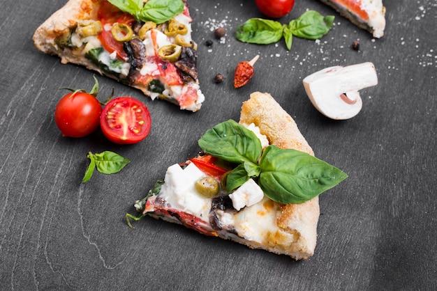 Composição de fatias de pizza de alto ângulo