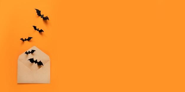 Composição de feriado de halloween de morcegos pretos voar fora do envelope de papel ofício