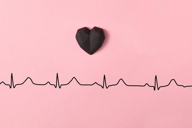 Composição de férias com corações de gesso acima da linha do ecocardiograma do amor