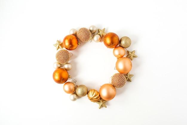 Composição de férias de ano novo de natal. grinalda de moldura com espaço de cópia simulado de enfeites de natal de gengibre, bolas e estrelas em branco