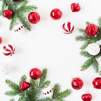 Composição de férias de ano novo de natal. mock-se quadro com espaço de cópia em branco. galhos de agulhas de abeto, bolas de enfeites de natal, enfeites em branco