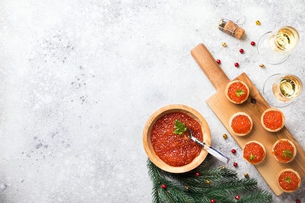 Composição de férias de natal. caviar de salmão vermelho