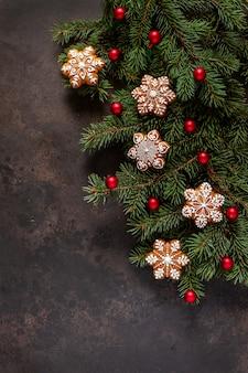 Composição de férias de natal com galhos de árvore do abeto, cones, pão e decoração de natal