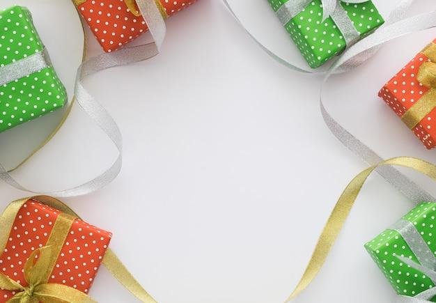 Composição de férias de natal e ano novo com caixas de presente, fitas, estrelas
