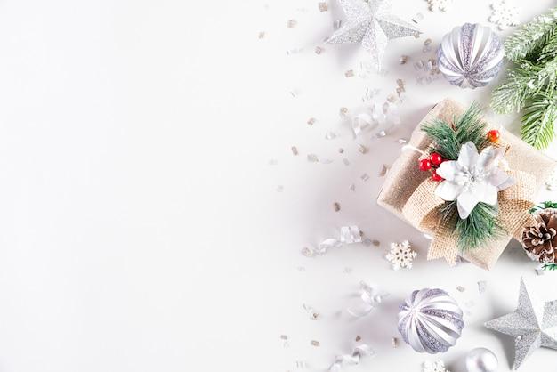 Composição de férias de natal em fundo branco para texto.