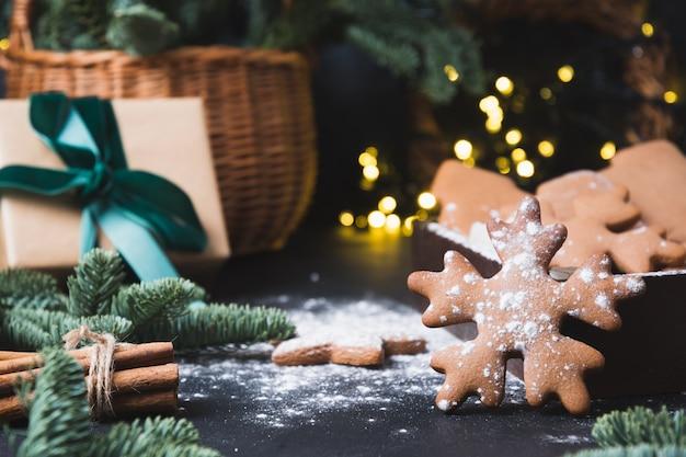 Composição de férias de saborosos biscoitos caseiros, cesta de presente, caixa de presente e guirlanda