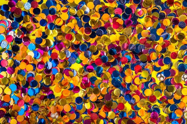 Composição de festa com confetes coloridos