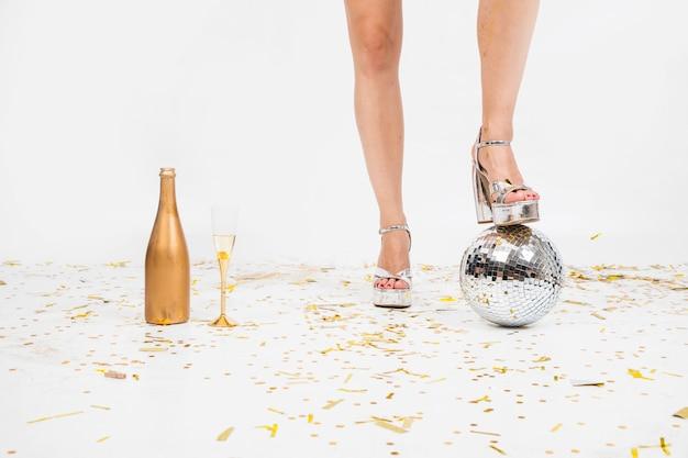Composição de festa de pernas e bola de discoteca
