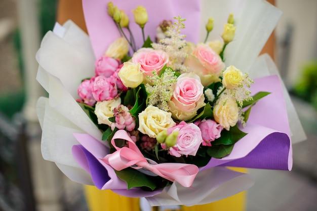 Composição de flores bonitas e brilhantes em um papel roxo
