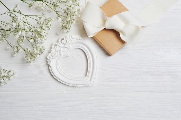 Composição de flores brancas em estilo rústico