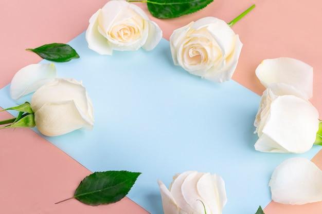 Composição de flores com documento