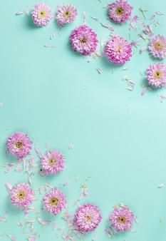 Composição de flores com flores e pétalas em fundo pastel