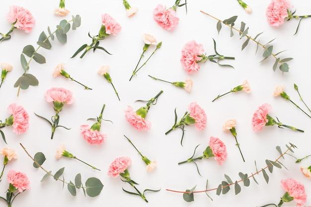 Composição de flores e eucaaliptus