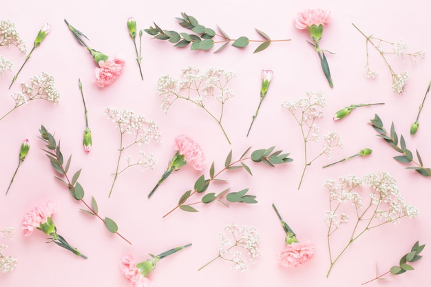 Composição de flores e eucalipto composta por várias flores coloridas em fundo branco. a vida ainda é plana.