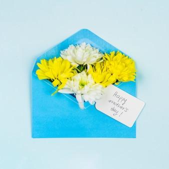 Composição de flores frescas com tag no envelope