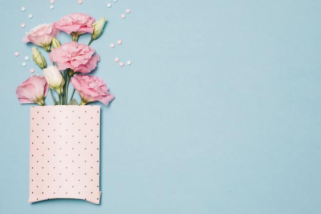 Composição de flores frescas e bonitas em pacote de papel