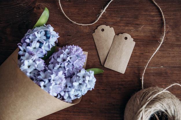 Composição de flores. jacintos de buquê em uma mesa de madeira. dia dos namorados. vista plana leiga, superior.