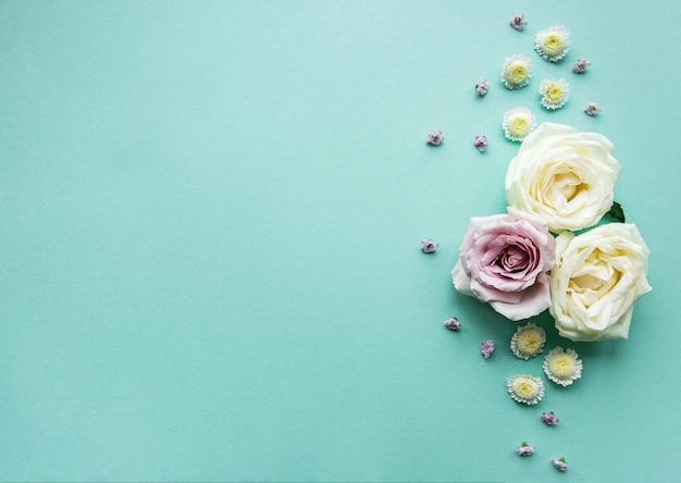 Composição de flores sobre fundo verde