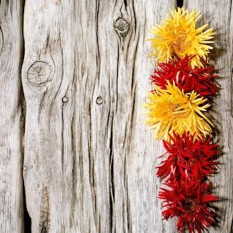Composição de flores vermelhas e amarelas