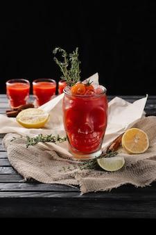 Composição de foco seletivo com vodka e coquetel de suco de tomate servido